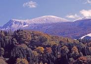 晩秋の蔵王山連峰に見る初冠雪、童子平より