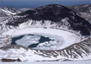 4月のお釜 湖面の凍り模様