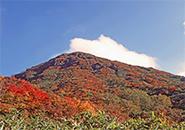 中央高原パラダイス十字路より三宝荒神山を望む。